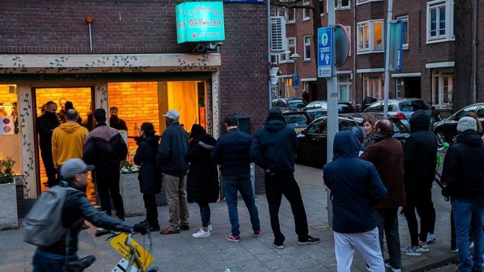 coffeeshop-queue.jpg